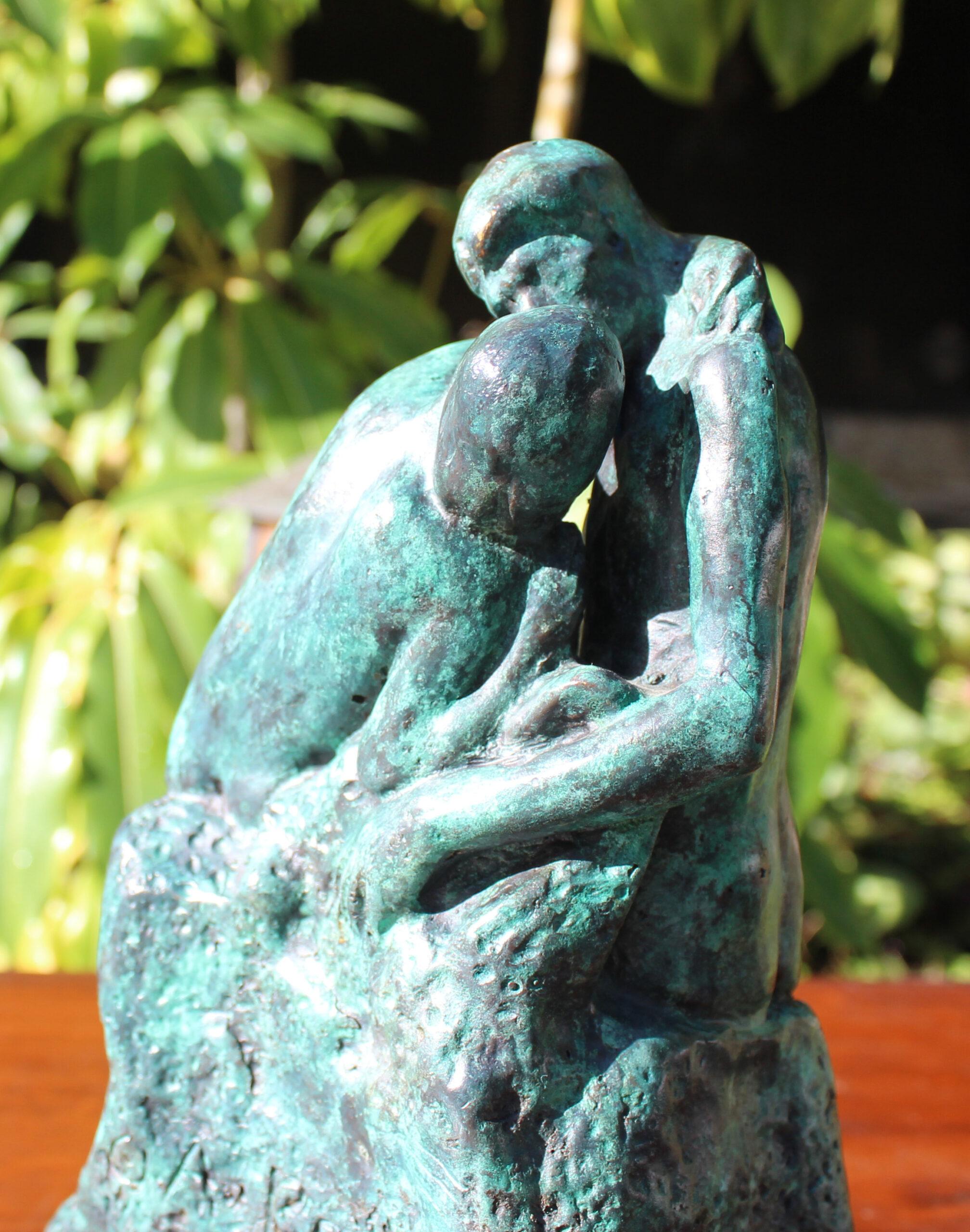 bronze the kiss statue